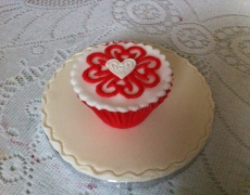 red-heart-design-cup-cake